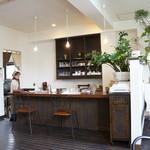 Mist - 厨房の横にも小さなカウンターが