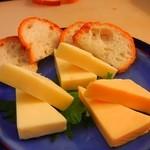 ブルートズ・カフェ - チーズ三種盛り