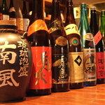 立川串揚げ えん - 種類豊富なお酒が並ぶカウンター。