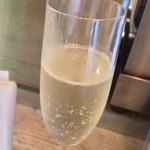 ワインバル サカグチ - スパークリングワイン370円