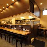 麺屋 あがら  - 内観写真:カウンター席とテーブル席もございます