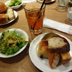 47 - ドリンク、サラダ、山積みのパン(笑)