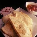 むぐ - トルティーヤにチーズを挟んでオーブンで焼き上げました♪ メキシコ定番の一品!自家製サルサソースでどうぞ。