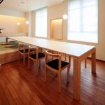 むすびcafé - 長いテーブルの椅子席には6名様着席可能