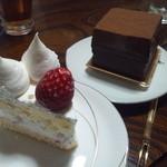 28179802 - ホールケーキと石畳チョコレートケーキ