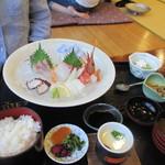 山花 - 料理写真:妻の注文した刺身定食1640円。