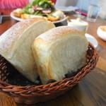 メゾン・ド・ハラ - 1皿目のパンはソフトなのが。