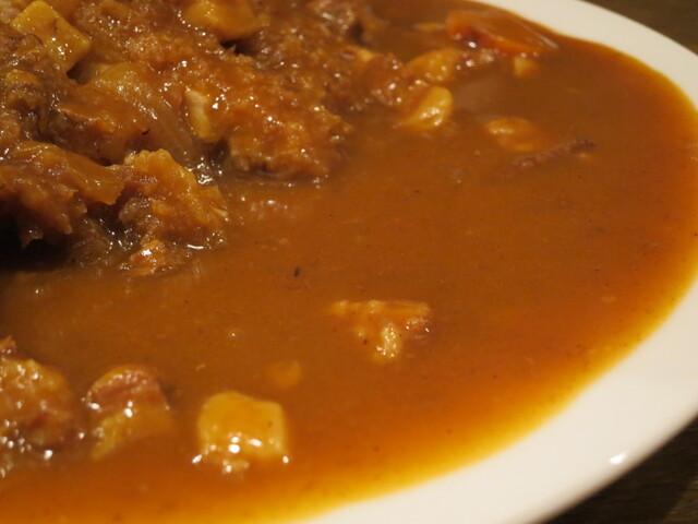 キッチン大正軒 - サラっとしたポークカレー。  小さいブロック状のバラ肉と玉ねぎ入り。