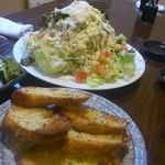 和ノ嘉 - シーザーサラダはガーリックトースト付の超大盛り 味もハイレベル