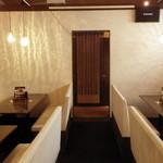 Bistro&Bar es - 奥はテーブル席