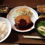 洋風居酒屋&ラーメン あじまん - 日替わりランチのメンチカツ定食です。ボリュームと美味しさに満足w