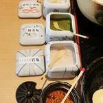 28201996 - 卓上に置いてあるお塩3種類。「能登の海塩」「抹茶塩」「アンデスの岩塩」