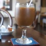 35番館 - アイスコーヒー (ミルクとガムシロップを入れたところ)