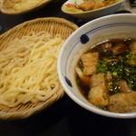 肉汁うどん ふく助 - 「ふく助うどん (980円)」を、武蔵野うどんと讃岐うどんの合盛で