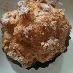 ケーキ工房ポエム - シュークリーム  表面には大粒のザラメ、生地はサクサクの美味しい食感