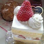 ケーキ工房ポエム - 苺のショートケーキ  スポンジケーキと生クリームのバランスが素晴らしい♪