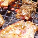 にしき - すじ肉カルビも焼きます