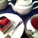28219432 - フランボアーズのケーキ 紅茶をセットで