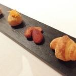 Le Temps Perdu - パルメザンチーズのキューブ, ファラフェル,              薫製ナッツ, 小さなクロワッサン