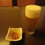 28222738 - 生ビール(アサヒプレミアム熟撰)と「揚げ蕎麦」