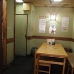揚子江ラーメン 林記 - テーブル席もあります