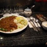 ゾーエー - ビーフカレーフロッコリー野菜と右がラッキョウ福神漬、自家製ヨーグルト
