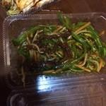 弁当とピザヤムヤム - チンジャオロースはほとんどピーマンともやし、わずかに肉有、回鍋肉も同様、でも値段はそこそこ、もうここでは中華は頼まない