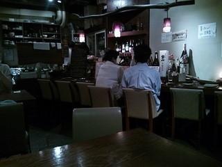 獺 kawauso - カウンター7席。こちら側にテーブル(4人・6人)2卓。