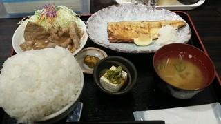 定食や 平和通店 - 焼き魚(さば)しょうが焼きセット 大盛