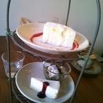 お茶とおやつ 和茶 - ロールケーキ、みつ豆、レアチーズケーキ