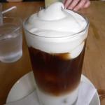 カフェ メデル - 生クリームが載ったカフェラテ