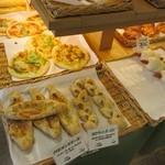 ル・パン・リュストー - ここの2階にお店はあるんですがこのパン屋さんはイートインスペースをかなり広く確保されてパスタ等も提供されてました。