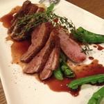 ラキュイエール - フランス産鴨肉のロースト ハチミツとミニヨネットの赤ワインソースで(2,000円)2014年6月