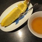 おんどる - パイナップルのサービスとコーン茶