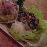 ボーダーズ - 激辛豚ひき肉のラープ