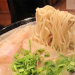 博多一双 中洲店 - 残そう残そうと思いつつ、旨さが後を引いて、次々と手繰り寄せる麺!