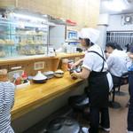 天ぷらうどん - 長いカウンターがある店内。