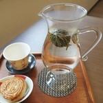 天福茗茶 - 工芸茶(茉莉花)が開くのを待ちます。お菓子は木の実月餅です。