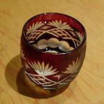 28258977 - 早速切子おちょこに注がれた銀盤を頂いてみると、甘くて美味しく                       昭和天皇が利尻島の甘露泉水を飲んだ時に発言した「甘露である」という言葉が                       ピンとくる味わいな日本酒でした。