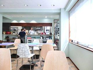 エスパス サチコ - 店内のテーブル席の風景です