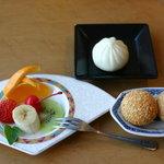 味の來々軒 - 今日のフルーツ、肉まん、ゴマ団子