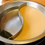 どん亭 - 2種類の出汁が楽しめる鍋