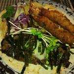 コットンドール - 薄く広がったハンバーグとエビフライ二本。野菜もたくさんです。