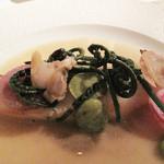 ジョルジュ マルソー - アラの唐津産アサリの旨味と白ワインのソース。                             上にはワラビかコゴミのような日本的な山菜が乗ってます。