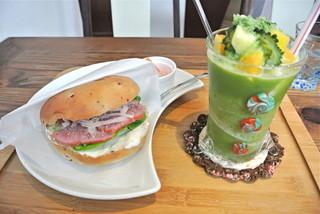 ビタ スムージーズ - ベーグルとスムージーを一緒に頼むと100円割引きだったと思う。