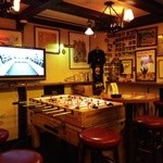 ピッグ&ホイッスル - 内観写真:『ピッグ&ホィッスル』さんの中央カウンター前のテーブル席~♪(^o^)丿