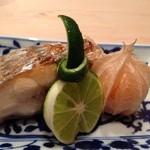 鮨 てる - 太刀魚の焼き物、フルーツほうずき添え