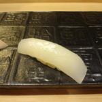 銀座鮨おじま - 白いかの握りを塩で