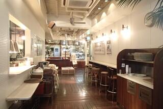 J.S. BURGERS CAFE 新宿店 - 清潔で明るい店内