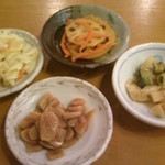 麺屋 八頭龍 - 無料取り放題の屋台サービス。手前から時計回りににんにくの醤油漬け、マカロニサラダ、れんこんのきんぴら、漬物